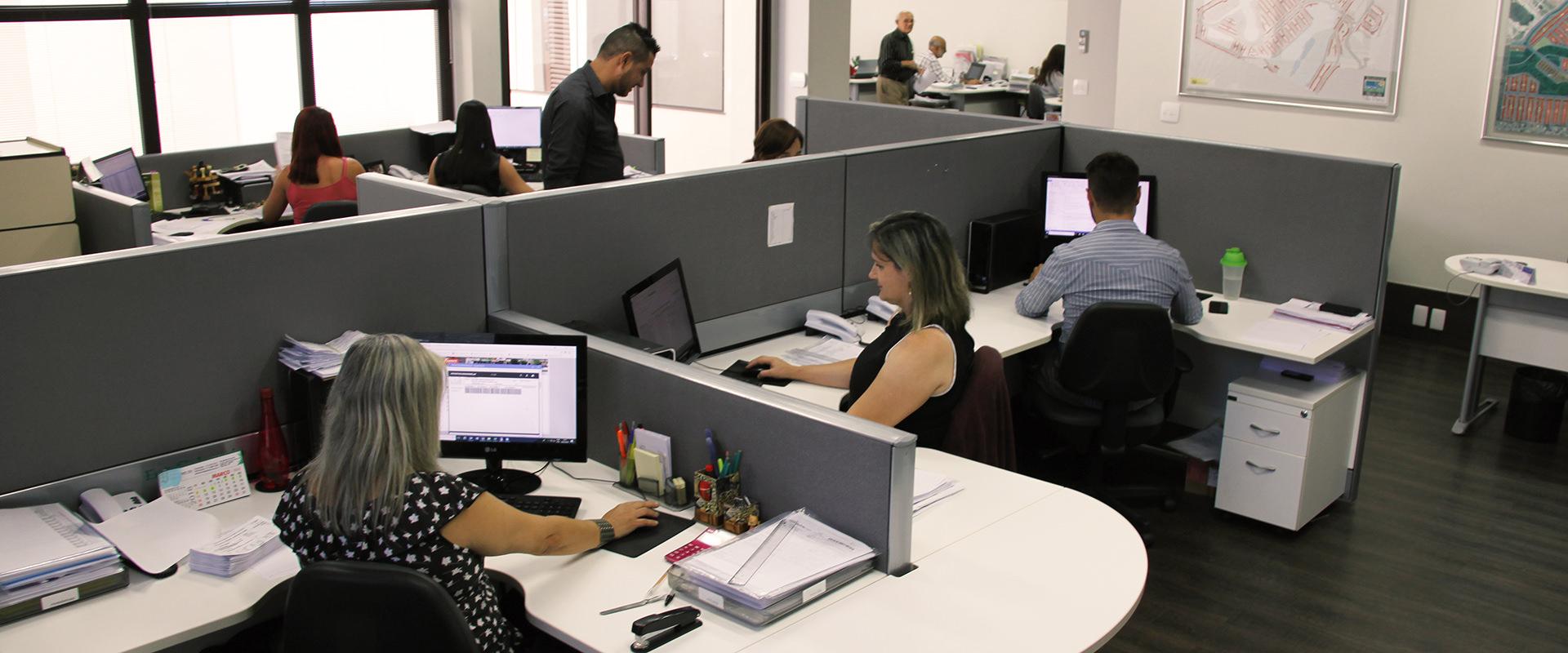 Pessoas trabalhando no escritório